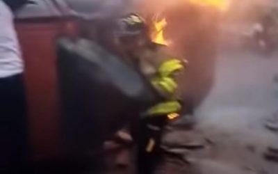 Rescatan cuerpo de vehículo en llamas en el Periférico