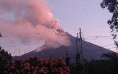 Volcán de Fuego entra en fase eruptiva con flujos piroclásticos y caída de ceniza