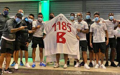 Jugadores cremas junto al «fantasma del descenso» que persigue a Municipal desde 1985