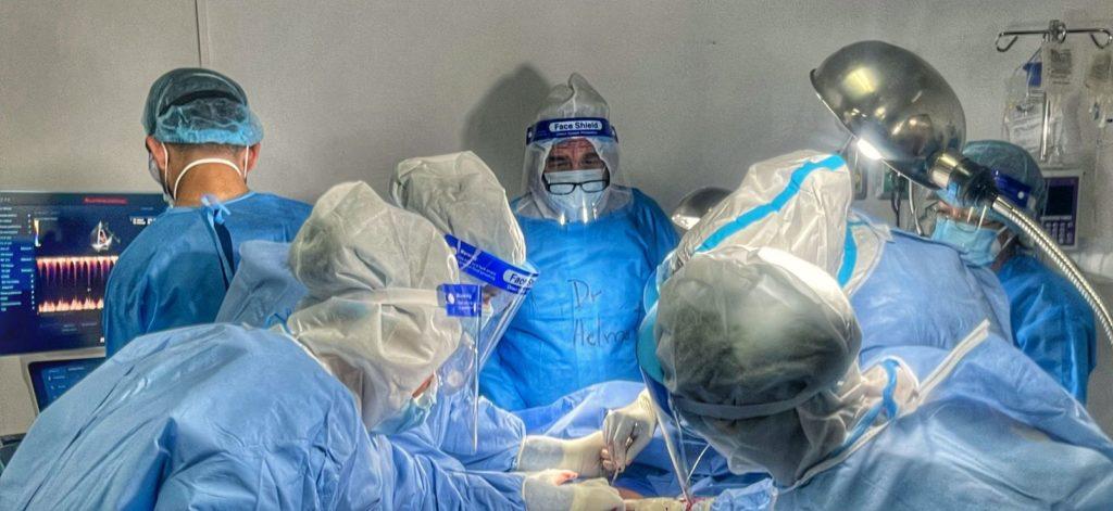 Equipo de médicos practicando una cesárea en el hospital temporal para pacientes con COVID-19 en CEFEMERQ ( Sergio Fuentes 2021)