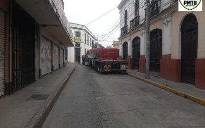 Tráiler ingresa de forma prohibida al Centro Histórico de Xela y se quedó varado