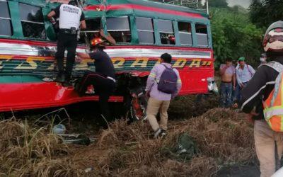 Colisión entre bus Esmeralda y tráiler deja un fallecido y varios heridos