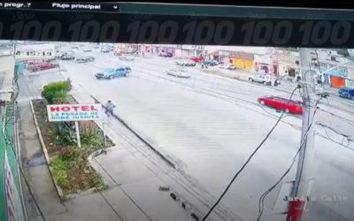 Peatones se salvan de ser atropellados por vehículo que derrapó en Calzada Manuel Lisandro Barillas