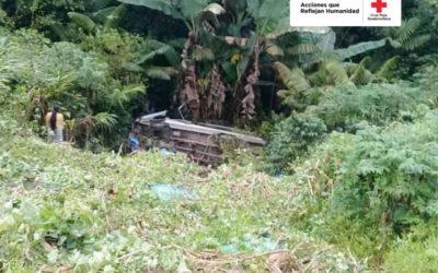 Bus cae al barranco y deja tres personas fallecidas, incluida una menor de edad, en Alta Verapaz