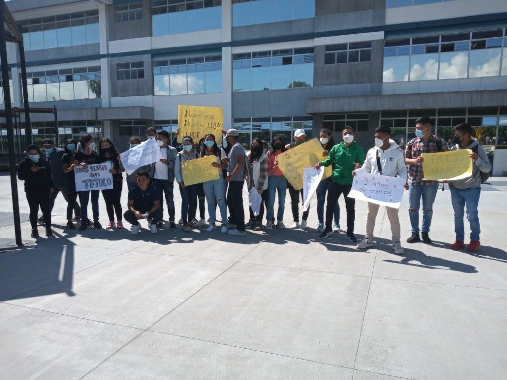 Estudiantes del CUNOC realizan manifestación en la capital: Su proceso de graduación está paralizado desde hace tres años